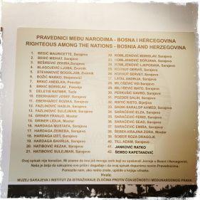Eine Tabelle im Museum nennt Namen der Mitbürger, die jüdische Mitbürger retteten und dadurch teilweise auch selbst zu Opfern wurden. Viele Namen moslemischer Bosnier findet man in Yad Vashem in Israel (Foto: balkanblogger)