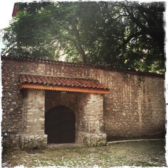 Mitten in der Stadt hinter der katholischen Kathedrale liegt der jüdische Alte Tempel (Foto: balkanblogger)