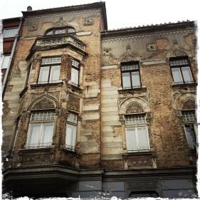 Auch wenn die Fassaden weiterhin Spuren vom Balkankrieg aufweisen ... (Foto: balkanblogger.com)