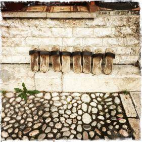 """Vor dem Eingang finden sich """"Nanule"""", traditionelle Clocks (Foto: balkanblogger.com)"""