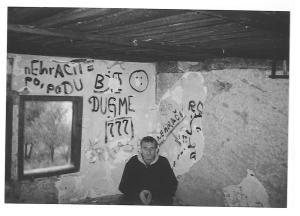Saudin Becirevic in der Garage, in der er viele Einträge in den Tagebüchern geschrieben hat