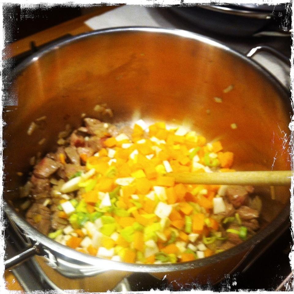 Suppengemüse unterrühren und kurz anbraten, damit das Aroma sich entfaltet