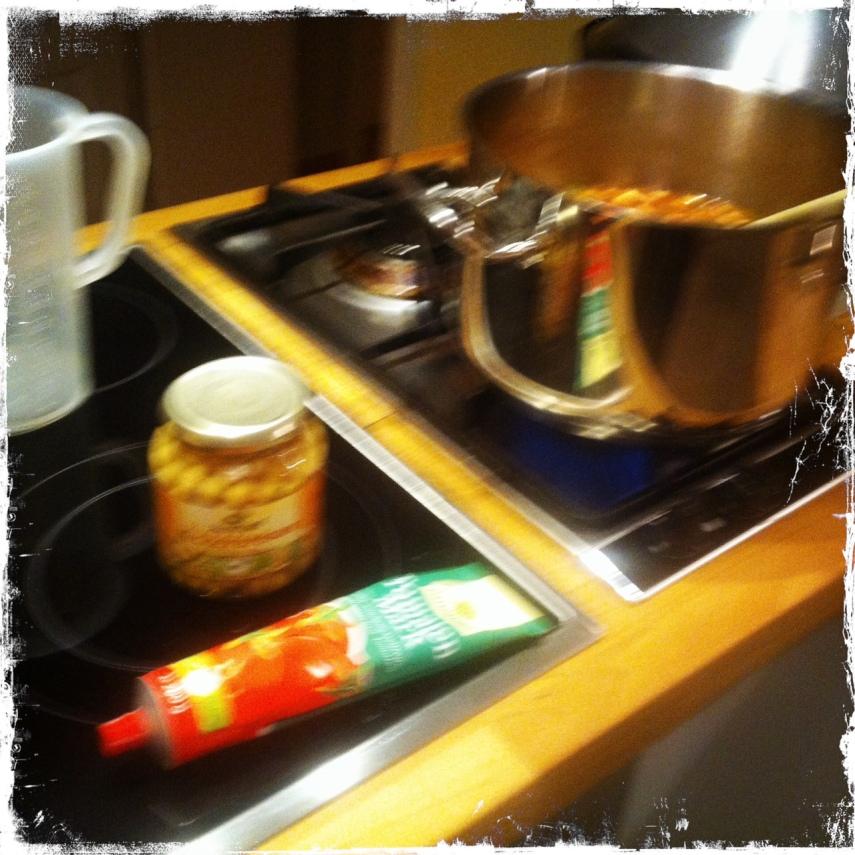Kichererbsen und Tomatenmark dazu geben