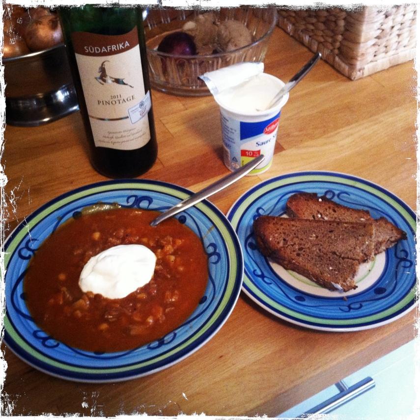 Den Fertigen Eintopf über die heissen Kartoffeln geben und mit einem Löffel Schmand garnieren. Mit Brot und kräftigen Rotwein servieren.