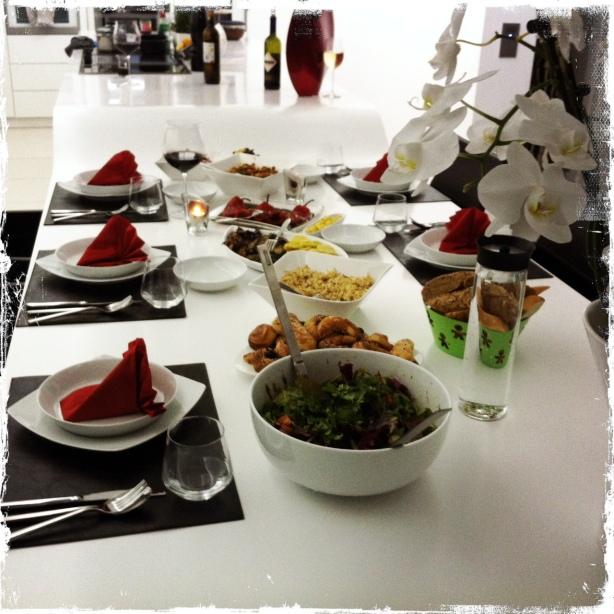 Ein reich gedeckter Tisch mit Balkan-typischen Vorspeisen
