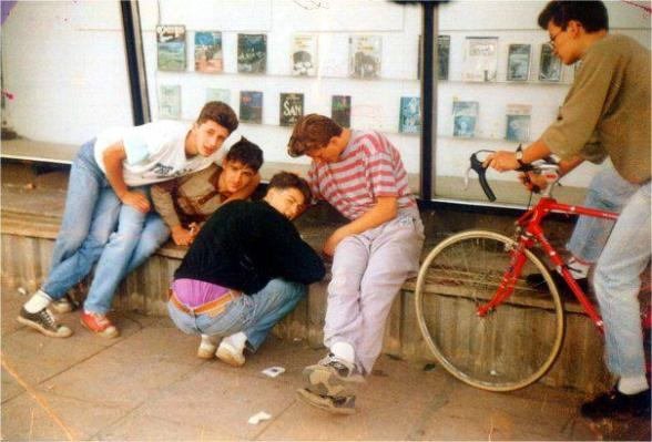 ALE (links) mit seinen Freunden. Das Foto wurde im Sommer 1991 von mir aufgenommen (Foto: Balkanblogger)
