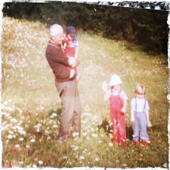 Wir Enkelkinder mit unserem geliebten Großvater