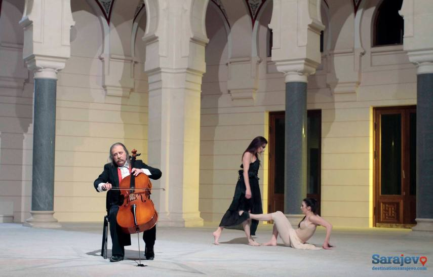 Amila und Ena tanzen zum Adagio, gespielt von Vedran Smailović (Foto: destinationsarajevo.com)