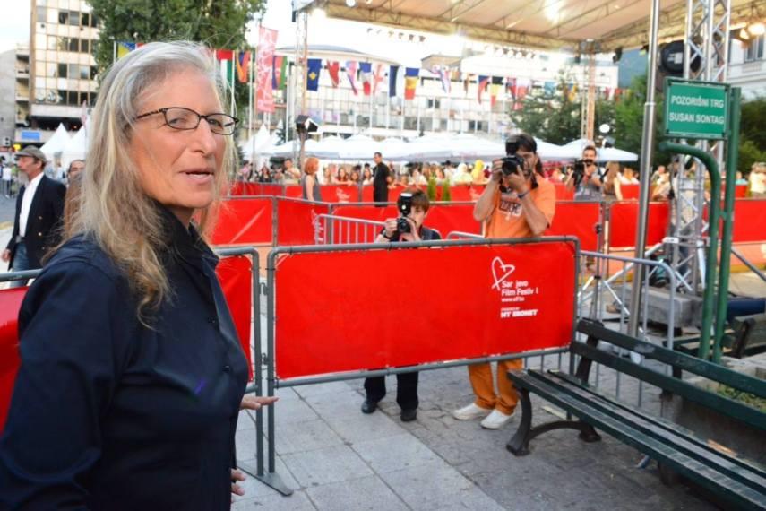 """Annie Leibovitz am """"Platz von Susan Sontag"""" vor dem Nationaltheater in Sarajevo (Foto: sff.ba)"""