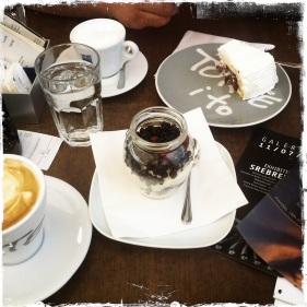 Über die Dächer von Sarajevo blicken und Kaffee und Kuchen geniessen. Die Schoko-KIrschtorte ist der Hit - den Spatzen schmeckt es auch:-)) http://www.torte-i-to.ba