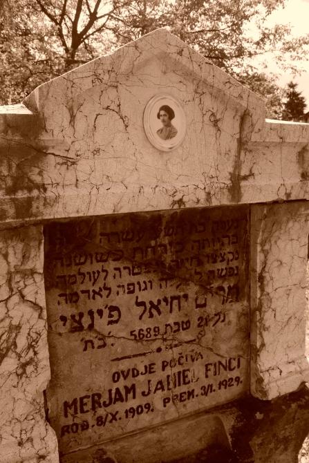 Während des Holocaust wurden jüdische von ihren moslemischen Mitbürgern gerettet - so finden sich viele Namen moslemischer Bosnier in Yad Vashem in Israel. Adresse: Kovačići