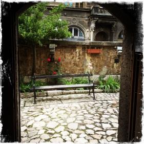 ...Garten umgeben, in dem auch das Museum mit alten Ikonen zu finden ist. Adresse: Mula Mustafe Basekije