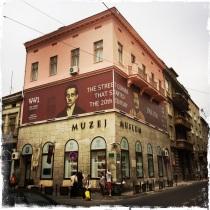 Am 28. Juni 1914 stand der Student Gavrilo Prinzip genau an dieser Stelle, als er auf den österreichisch-ungarischen Erzherzog Franz Ferdinand und seine Gemahlin Sophie die tödlichen Schüsse abfeuerte. Heute ist hier das Museum untergebracht, in dem die österreichisch-ungarische Ära in Bosnien erzählt wird. http://muzejsarajeva.ba/en/depadance/the-sarajevo-museum