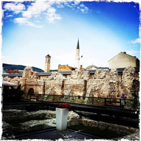 Sarajevo, meine Perle! Am Luxushotel Europa vorbei geht es zur Altstadt Baščaršija, dem 500 Jahre alten osmanischen Markt.