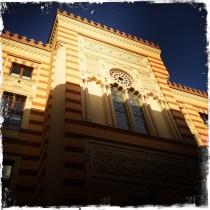 Im 19. Jahrhundert im pseudo-maurischen Stil von den Österreichern erbaut, diente sie anfangs als Rathaus. Später war sie eine der wichtigsten Bibliotheken. Nachdem sie von den Aggressoren im Balkankrieg 1992 niedergebrannt wurde, erstrahlt sie nun, nach 22 Jahren wieder im vollen Glanz. http://www.vijecnica.ba