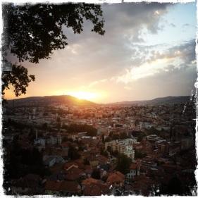 Sarajevo, zwischen den Bergen in einem fruchtbaren Tal gelegen, ist eine Stadt der Kulturen.