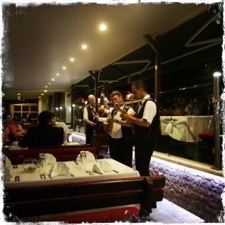 Serviert werden traditionelle und internationale Küche. Die Kellner sind nett und zuvorkommend. Sevdah-Sänger sorgen dafür, dass der Gast den Geist der Stadt spürt. Unbedingt reservieren! http://www.parkprinceva.ba