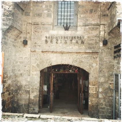 Bezistan, die alte Markthalle aus dem 16. Jahrhundert, wird bis heute als Basar benutzt.