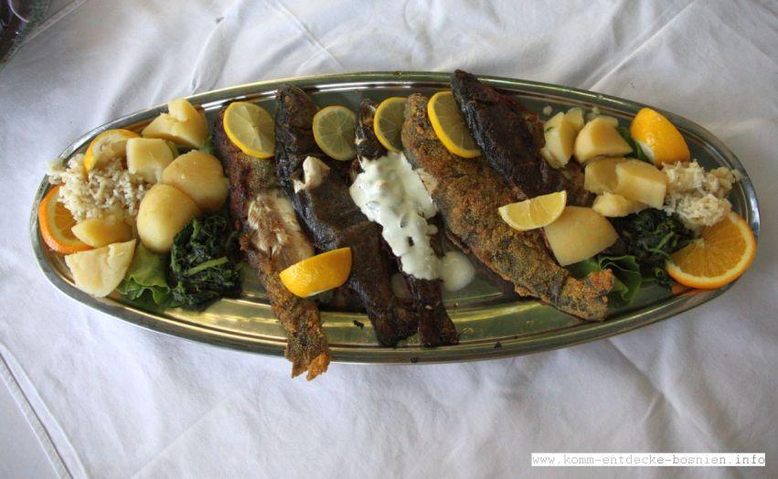 Nach der Besichtigung der Tekke kann man wunderbar frischen Fisch in den umliegenden Restaurants essen