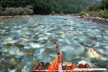 Mit einem Floß am Fluß Drina entlang fahren...