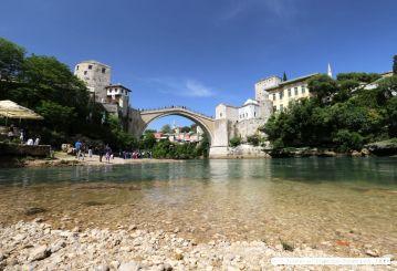 Der Fluß Neretva fließt durch Mostar