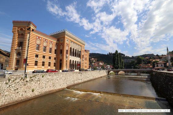 Sarajevo - die Hauptstadt von Bosnien-Herzegowina ist berühmt für seine multikulturelle Architektur, wie das Alte Rathaus aus österreichisch-ungarischer Zeit
