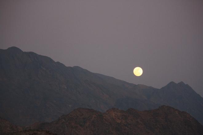Mystisch: Vollmond über den Canyons im Oman (Foto: Balkanblogger)