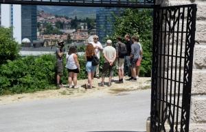 Jovan Divjak mit französischen Jugendlichen auf dem Jüdischen Friedhof in Sarajevo
