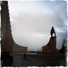 ... vom Turm der modernen Kirche Hallgrímskirkja aus, einem architektonischen Wahrzeichen der Stadt. Die Statue ist Leif Eriksson, einer der Entdecker der Insel (Foto: balkanblogger)