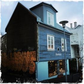 In Reykjavik bin ich entzückt von den bunten hölzernen Häusern. Alles scheint Kunst zu sein. (Foto: Balkanblogger)
