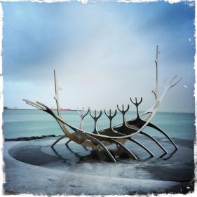 Die ersten Bewohnerder Insel waren die Wikinger. Die Skulptur Sonnenfahrt (isl. Sólfar, engl. The Sun Voyager) in Reykjavik, die vom Künstler Jón Gunnar Árnason geschaffen wurde, erinnert an die mutigen Seefahrer. (Foto: balkanblogger)