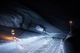 Die Fahrt zum Naturgebiet Thinkvellir Park kann im Winter abenteuerlich werden. Manchmal ist es nicht möglich schneller wie eins bis zwei Kilometerstunden zu fahren. Wenn man Glück hat, ist der Nimmer klar und unsere Fahrt wird begleitet vom sternenreichen Himmel. Oder einfach so handeln, wie wir es getan haben: am Strassenrand stehenbleiben, eine warme winddichte Jacke anziehen, aussteigen und die Sterne auf sich wirken lassen - für mich war es einer der magischen Momente (Foto: white-photo.com)