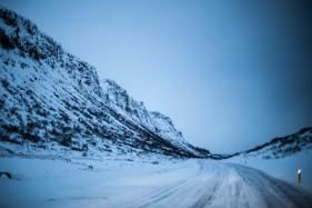 Es macht irre viel Spass mit dem Allrad über die vereiste schneebedeckte Strasse zu fahren. Manchmal liegt so viel Schnee, dass die Strasse mit der Landschaft eine Einheit bildet. Nur die Wegpfeiler mit gelber Markierung zeigen, wie die Strasse verläuft (Foto: Markus Hofmann/White-photo.com)