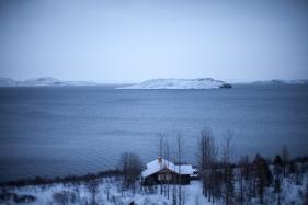 ... oder man hält freiwillig am Rand an, um die Sicht auf die Natur zu geniessen, wie etwa auf diesen See mit Eisbergen. Mal werden wir von Isländern begleitet, die neben unserem Land Rover galoppieren, oder ich muss einfach mal ein schönes Holzhaus, das einsam in der Winterprärie steht, fotografieren (Foto: Markus Hofmann/White-photo.com)
