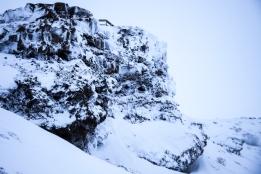 """... wie man sie aus der Serie """"Game of Thrones"""" kennt. Hier wurden die Szenen für Winterfell gedreht. Schwarzes Lavagestein, umhüllt von Schnee und Eis. Mehr märchenhafte Winterlandschaft geht nicht. (Foto: Markus Hofmann/white.photo.com)"""