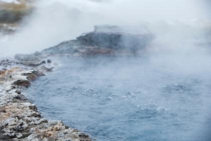 Oben kalt unten heiß, sehr heiß! Island ist eine Vulkaninsel und unter der Erdoberfläche brodelt es. So gibt es überall auf der Insel heiße Naturquellen, die zum Entspannen einladen, wie Secret Lagoon. Kein Luxus, nichts überladenes - Bikini an und ab in den natürlichen Pool unter freiem Himmel. Das tut nicht nur der Seele gut, sondern auch der Haut (Foto: Jaguar)