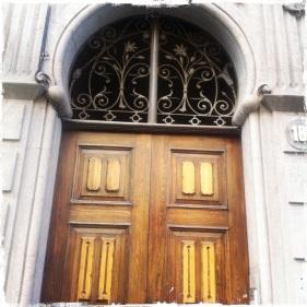 Ein Spaziergang durch den Stadtteil Triana lässt den architektonischen Glanz weiter aufleben (Calle Mayor de Tirana)