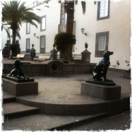 """Ihr gegenüber ist das Rathaus platziert. Und man findet viele Statuen von Hunden. Eine Legende erzählt, dass der erste Besucher der Insel sie nur von Hunden bewohnt vorfand und sie daher """"Insel der Hunde"""" taufte - daher der Name Gran Canaria. (Foto: balkanblogger.com)"""
