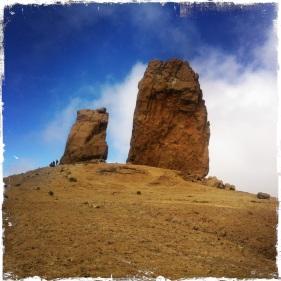 ... ragen zwei scheinbar frei schwebende Felsen wie Hinkelsteine in die Höhe. (Foto: balkanblogger.com)