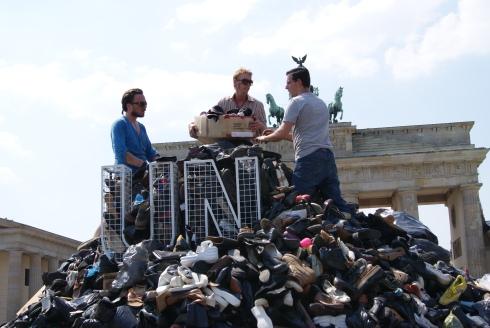 Berg der Trauer in Berlin - 8372 Paar Schuhe wurden 2010 vor dem Brandenburger Tor gestapelt, um an die Opfer von Srebrenica zu erinnern