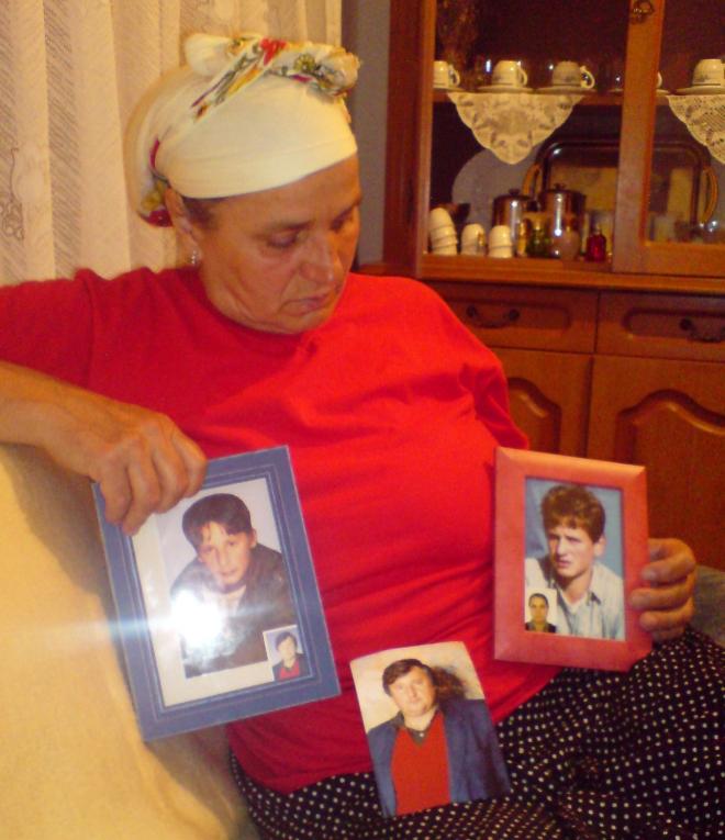 Hatidža Mehmetović mit den einzigen Fotos, die sie von ihren Söhnen und ihrem Mann noch hat (Foto: Elma Kazagić)