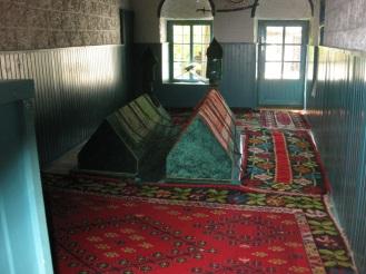 Zwei alte Grabstätten befinden sich in der Tekke. Der langjährige Scheich der Tekke Acik-Pascha und Sari Saltuk, der den Islam in Europa verbreitete, fanden hier ihre letzte Ruhestätte. (Foto: balkanblogger.com)