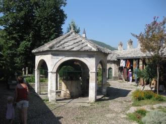 Auch die Moscheen stehen den Besuchern offen. Eine davon ist die Karađozbeg-Moschee mit ihrem wunderschönen Innenhof. (Foto: balkanblogger.com)