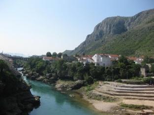 An diesem Plateau versammeln sich Touristen und Einheimische, um den berühmten Brückenspringern zuzusehen. (Foto: balkanblogger.com)