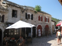 Die Brücke von Mostar ist ein jahrhundertealtes Symbol für Verbindung zwischen Ost und West, bzw. Christentum und Islam. Ihre Brücke zählt zum UNESCO Kulturerbe. (Foto: balkanblogger.com)