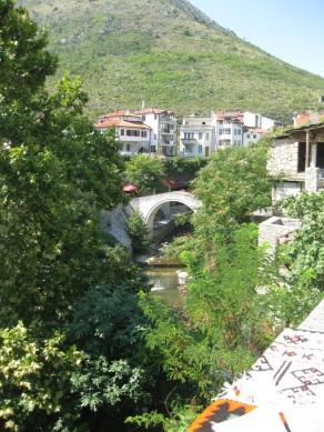 """Bevor der osmanische Architekt Mimar Hajrudin sie errichtete, versuchte er sich zuerst an einem Modell in kleiner Ausführung, das bis heute noch steht. Sie ist unter dem Namen """"Kriva Cuprija"""" (die schiefe Brücke) bekannt. (Foto: balkanblogger.com)"""