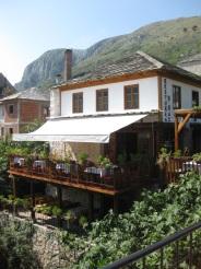 ... oder zum Essen in traditionelle Restaurant mit einem wundervollen Blick auf die Brücke und das Wasser. (Foto: balkanblogger.com)