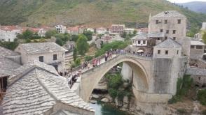 ... ist Stari Most, die steinerne Brücke, die 1566 unter den Osmanen erbaut wurde. (Foto: balkanblogger.com)