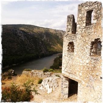 ... und den smaragdgrünen Fluss Neretva belohnt! (Foto: balkanblogger.com)