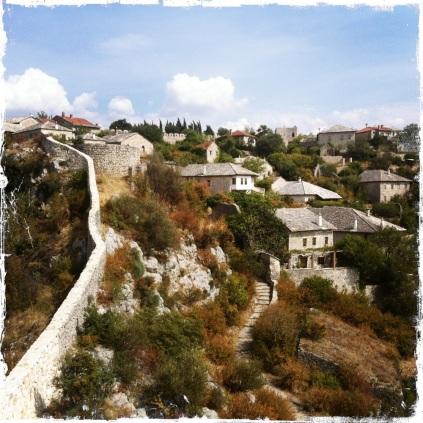 Wer sie sich genauer ansehen möchte, der spaziert an der Mauer entlang durch enge Gassen und bewundert die außergewöhnliche Architektur. (Foto: balkanblogger.com)
